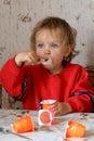 Jeść jogurt Obrazy Royalty Free