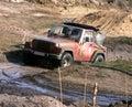Jeep dans la route de boue Photos stock