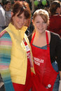 Jennifer love hewitt melissa joan hart jennifer love hewitt and at the thanksgiving meal for the homeless at the los angeles Royalty Free Stock Photography