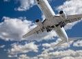 Jet airplane landing con las nubes dramáticas detrás Foto de archivo