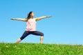 Jeune belle femme de métis faisant la pose de guerrier de yoga Photo stock