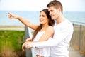 Jeune datation heureuse de couples à l'extérieur Images libres de droits