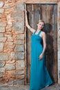 Jeune femme blonde romantique sur le dos de mur en pierre Image stock