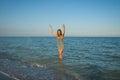 Jeune fille éclaboussant l eau en mer Images stock