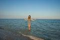 Jeune fille éclaboussant l eau en mer Photographie stock