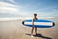 Jeune portrait fort d homme de ressac à la plage avec une planche de surf ba Photos libres de droits