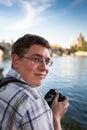 Jeune touriste prenant des photos près de charles bridge à prague Images libres de droits
