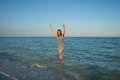 Jong meisje die het water in het overzees bespatten Stock Afbeeldingen