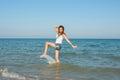 Jong meisje die het water in het overzees bespatten Stock Foto