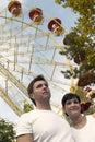 Jong Paar in het Park van het Thema Royalty-vrije Stock Afbeeldingen