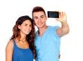 Jong paar in liefde door een foto met mobiel te worden Stock Foto's