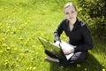 Jonge Dame Working Outside Stock Fotografie
