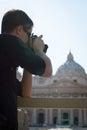 Jonge mannelijke toerist die foto's neemt Royalty-vrije Stock Foto