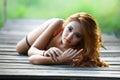 Jonge mooie aziatische vrouw in lingerie het wellustige in openlucht stellen Royalty-vrije Stock Foto
