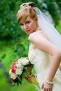 Jonge mooie bruid met bloemen openlucht Stock Fotografie