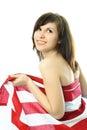 Jonge vrouw die in de Amerikaanse vlag wordt verpakt Stock Foto