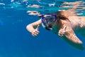 Jonge vrouwen bij het snorkelen in het Overzees Andaman Royalty-vrije Stock Afbeelding