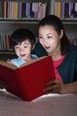 Jongen en leraars het boek van surprised by glowing Stock Fotografie
