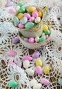 Jordan almond candies in der schale Stockbilder