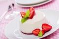 Jordgubbe panna cotta dessert Arkivbilder