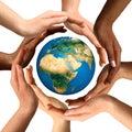 Jordjordklotet hands multiracial omge Royaltyfri Foto