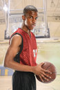 Joueur de basket tenant la boule Photos stock