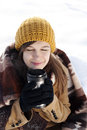 Jovem mulher que bebe a bebida quente fora Imagem de Stock