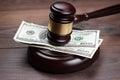Juez y dinero en marrón madera mesa