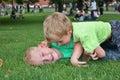 Juego de niños en hierba Foto de archivo libre de regalías
