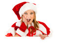 Jul santa girl looking over white kort Royaltyfri Foto
