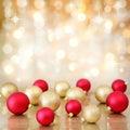 Julbaubles på defocused lampabakgrund Arkivbild