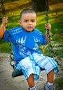 Junge auf einem Schwingen Lizenzfreie Stockbilder