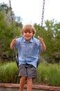 Junge auf einem Schwingen Stockbild