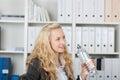 Junge blonde geschäftsfrau with water bottle Lizenzfreie Stockbilder