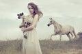 Junge brunettedame die kleines lamm hält Stockfoto