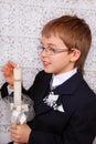 Junge der zur ersten heiligen kommunion mit kerze geht Lizenzfreies Stockbild