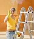 Junge Frau, die das Fenster wäscht Stockbilder