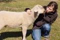 Junge frau die kleines lamm küsst Stockfoto