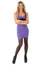 Junge frau lächelnder tragender fester purpurroter kurzer mini dress with arms folded und hohe absätze Stockfoto