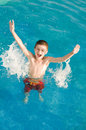 Junge genießen im Pool Stockfotografie