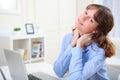 Junge lächelnde geschäftsfrau die bei der arbeit sich entspannt Lizenzfreie Stockfotografie