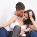 Junge liebevolle Paare über weißem Hintergrund Stockfotos