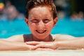 Junge am poolside Lizenzfreies Stockbild