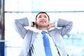 Junger geschäftsmann relaxing Lizenzfreies Stockfoto