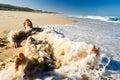 Junger Mann, der den Strand genießt Stockbild
