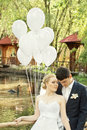 Jungvermählten im Park mit Ballonen Stockbild