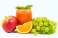 Jus de carotte avec des presse fruits de fruit Photos stock