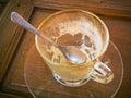 Kaffeeflecke in den Cup bildeten ââof Glas Stockbilder