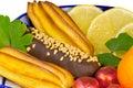 Kakor sötsaker frukt i en vas målade i stilen av Arkivfoto