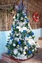 Karibischer Baum des neuen Jahres mit Kugeln und Spielwaren Stockfoto